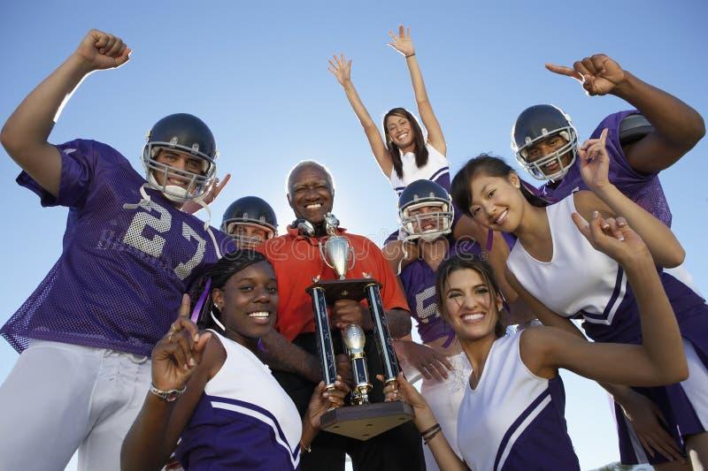 Joueurs et entraîneur tenant le trophée photos stock