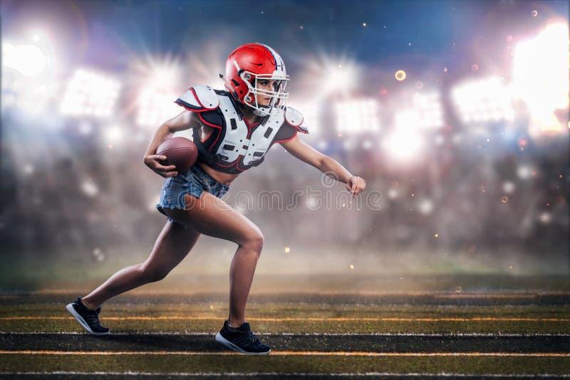 Joueuse de femme de football américain dans l'action athlète dans l'équipement images stock