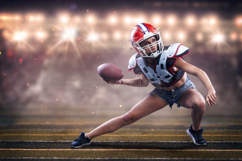 Joueuse de femme de football américain dans l'action athlète dans l'équipement photos stock