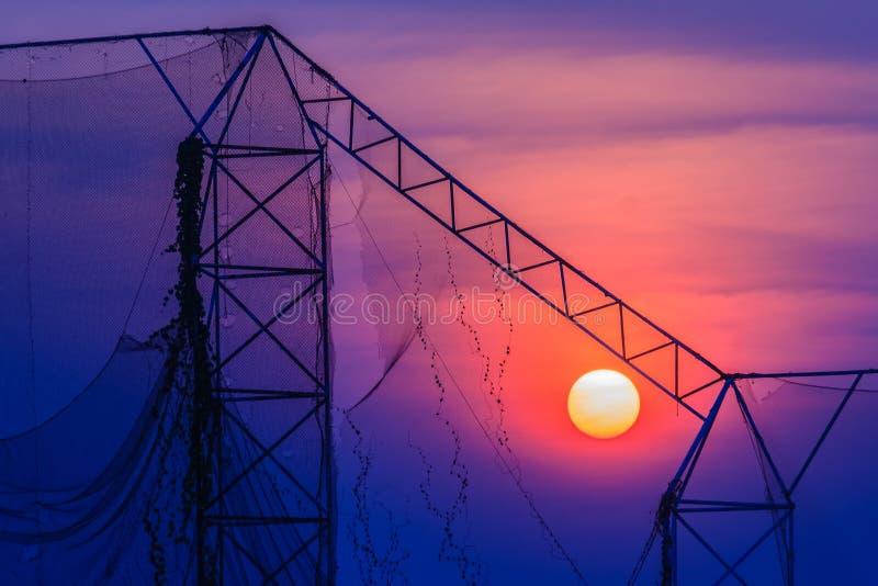 Jouez au golf le champ d'exercice pendant le lever de soleil de coucher du soleil avec le dos coloré de ciel photo libre de droits