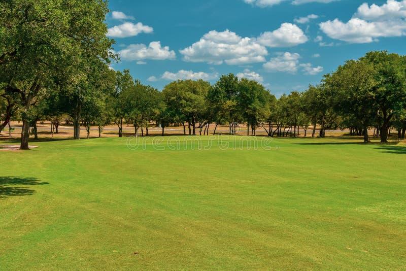 Jouez au golf le vert dans le Texas central garni des arbres photos stock