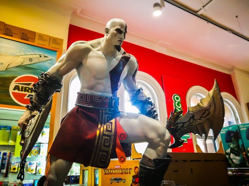 Jouez Dieu modèle de ` des nombres d'actions de jeu vidéo de ` de guerre montrant au magasin de détail de jouet photographie stock