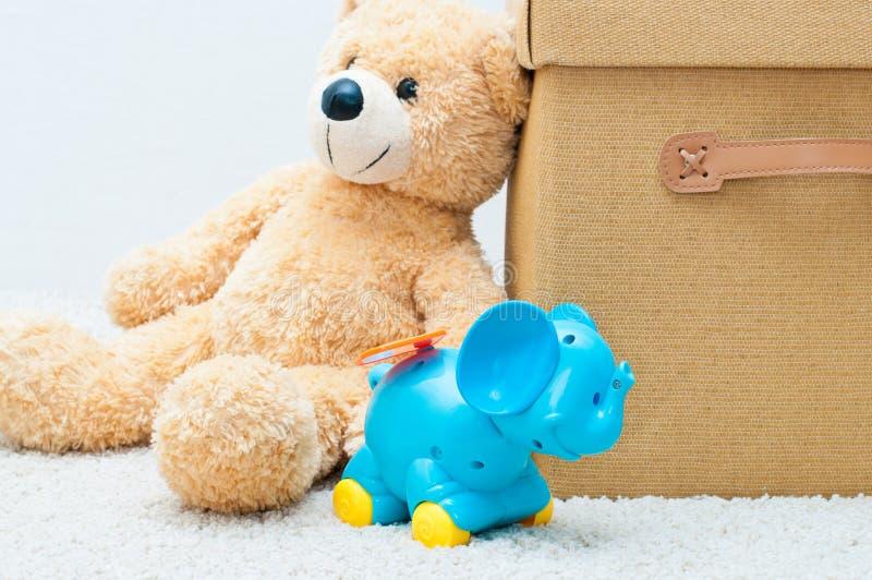 Jouez l'ours et l'éléphant de rouages avec le cadre brun de textile avec la main photographie stock