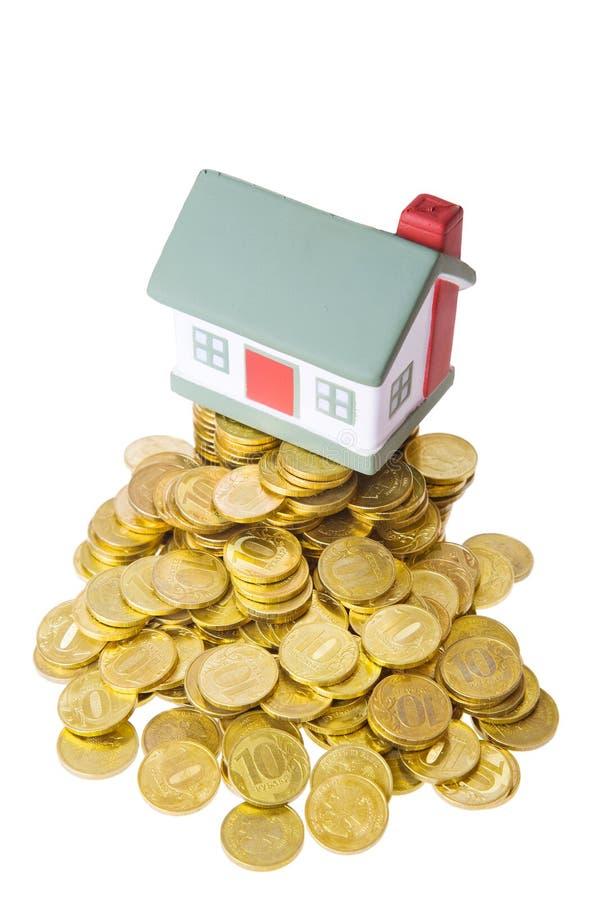 Jouez la petite maison restant sur un segment de mémoire des pièces de monnaie. image stock