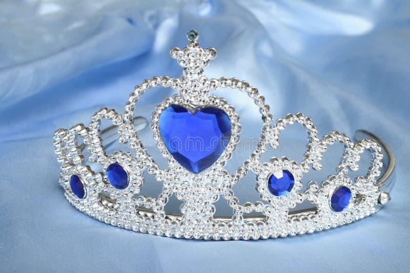 Jouez le diadème avec les diamants et la gemme bleue photographie stock