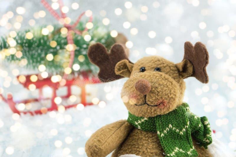 Jouez le renne et un arbre de Noël sur des traîneaux photos stock