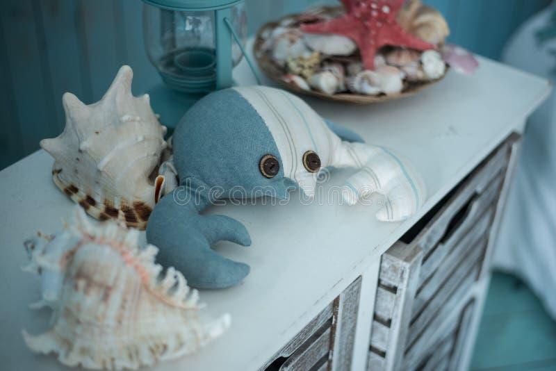 Jouez les coquilles de crabe et de mer sur une raboteuse bleue photos libres de droits
