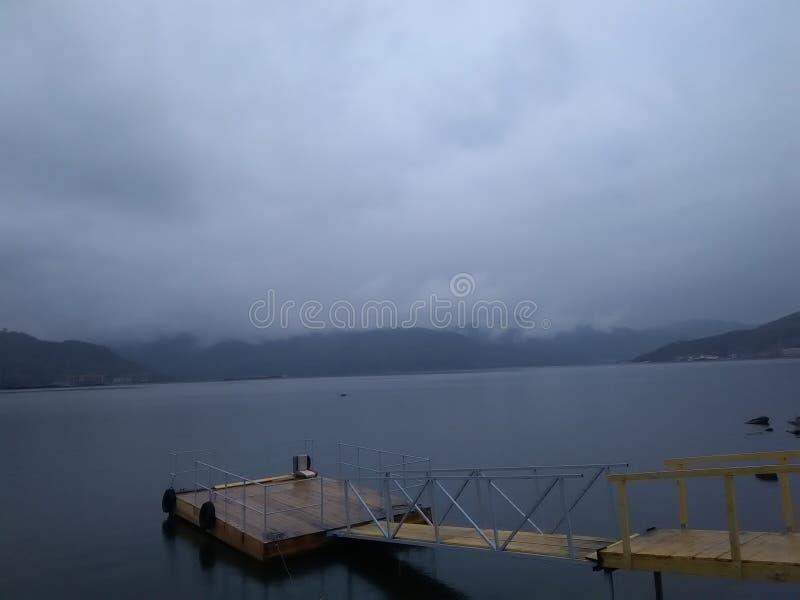 Jour brumeux au-dessus de Danube photo stock