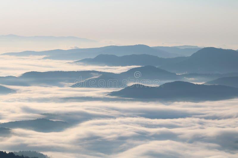 Jour brumeux en montagne photographie stock libre de droits