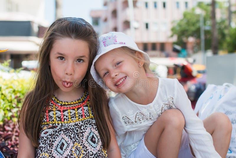 Jour d'été d'amies de filles feignant des visages photo stock