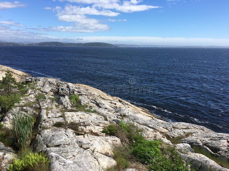 Jour d'été sur la Côte Est de la Norvège photo libre de droits