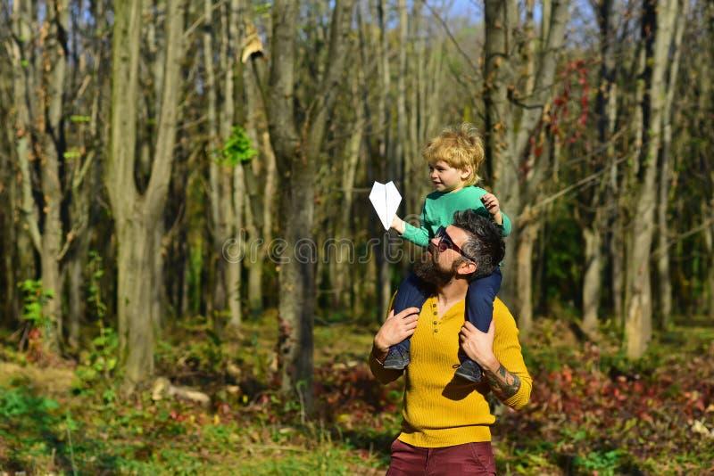 Jour d'amitié Le père donnent le petit enfant ferroutant dans l'amitié ayant l'amusement dans le parc Mon papa est mon meilleur a photos stock