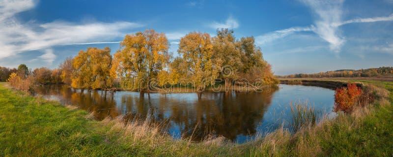 Jour d'automne au-dessus du ` de la rivière ROS image stock