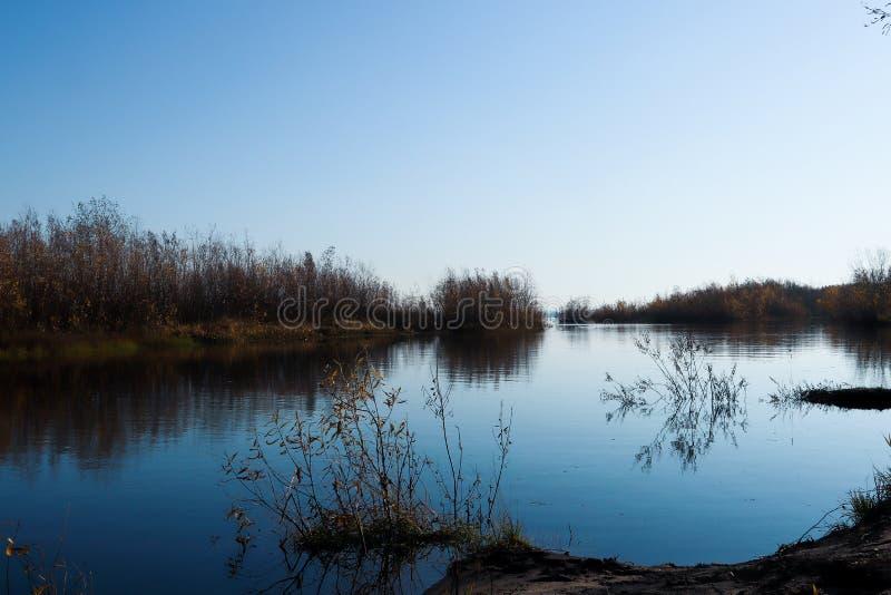 Jour d'automne dans Arkhangelsk Île Krasnoflotsky La réflexion dans l'eau photos stock