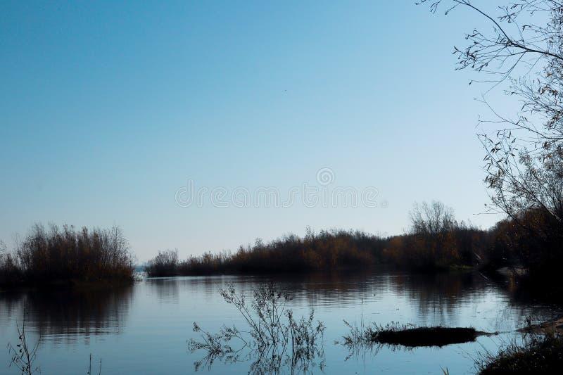 Jour d'automne dans Arkhangelsk Île Krasnoflotsky La réflexion dans l'eau image libre de droits