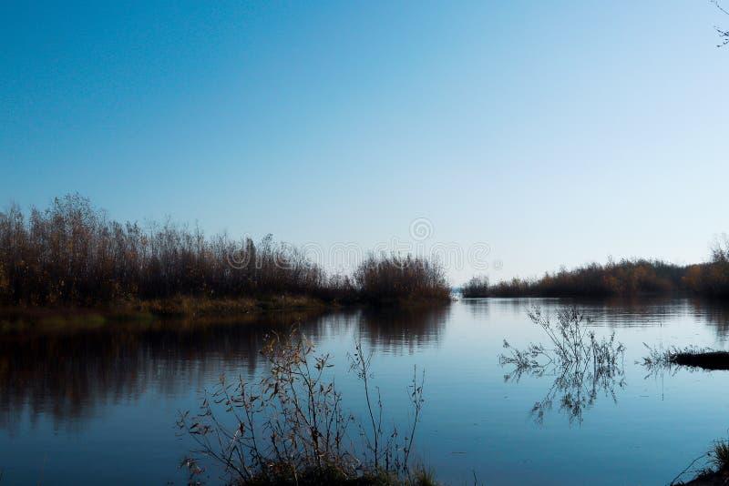 Jour d'automne dans Arkhangelsk Île Krasnoflotsky La réflexion dans l'eau images libres de droits