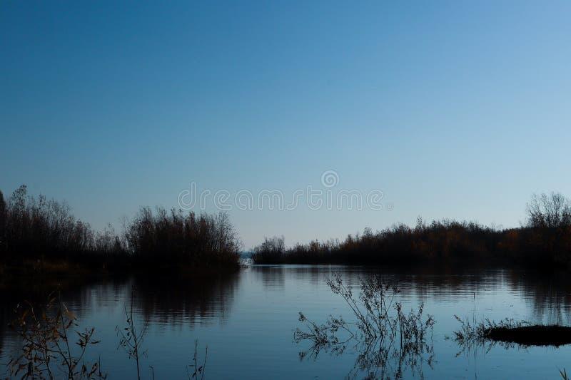 Jour d'automne dans Arkhangelsk Île Krasnoflotsky La réflexion dans l'eau images stock