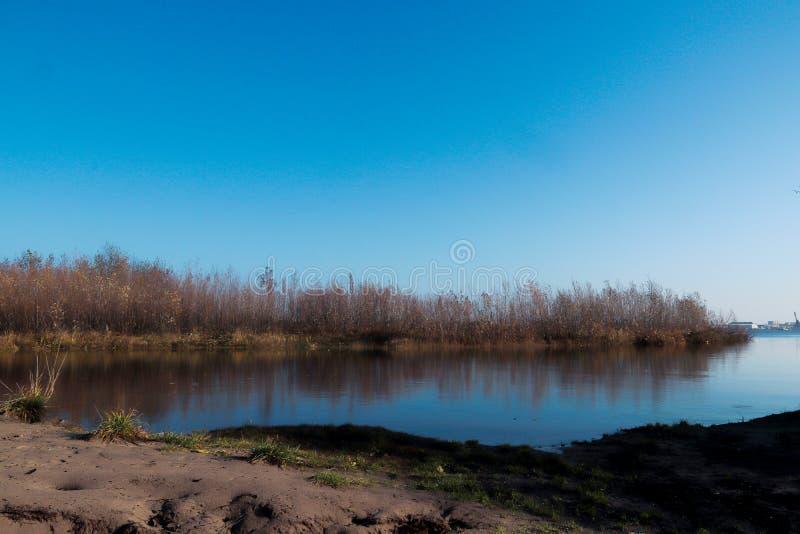 Jour d'automne dans Arkhangelsk Île Krasnoflotsky La réflexion dans l'eau photos libres de droits
