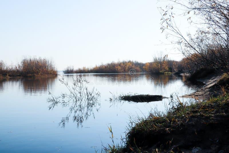 Jour d'automne dans Arkhangelsk Île Krasnoflotsky La réflexion dans l'eau image stock