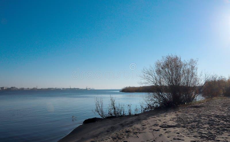 Jour d'automne dans Arkhangelsk Vue de la rivière Dvina du nord et port fluvial dans Arkhangelsk photographie stock