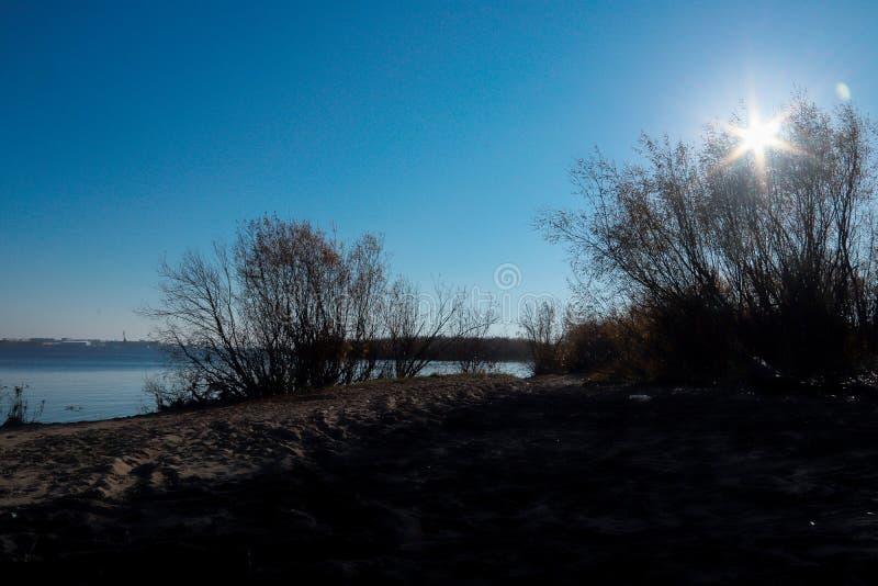 Jour d'automne dans Arkhangelsk Vue de la rivière Dvina du nord et port fluvial dans Arkhangelsk image stock
