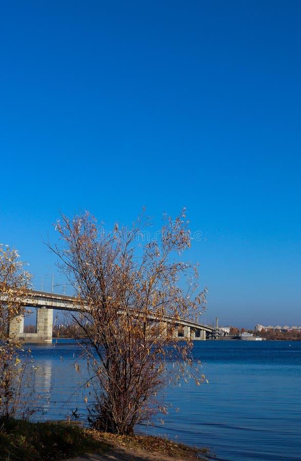 Jour d'automne dans Arkhangelsk Vue de la rivière pont du nord en Dvina et en automobile dans Arkhangelsk photographie stock