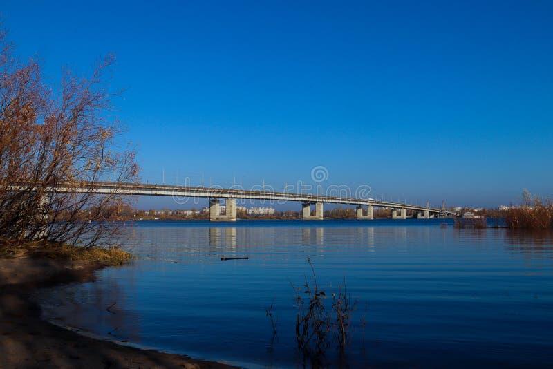 Jour d'automne dans Arkhangelsk Vue de la rivière pont du nord en Dvina et en automobile dans Arkhangelsk images stock