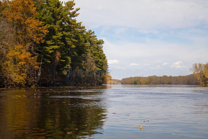 Jour d'automne sur une rivière du Minnesota image stock