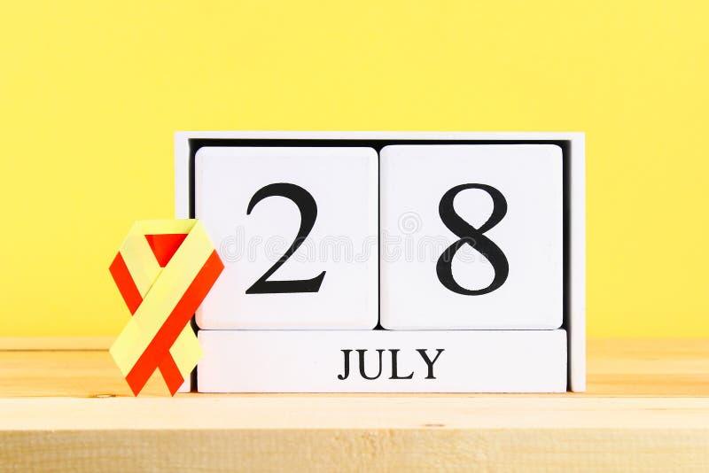 Jour d'hépatite du monde Un calendrier blanc en bois montrant le 28 juin sur une table en bois sur un fond jaune de mur Ruban jau image stock