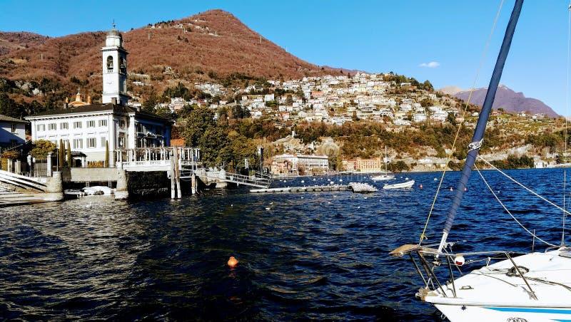 Jour d'hiver ensoleillé et chaud sur le lac Como l'Italie photographie stock