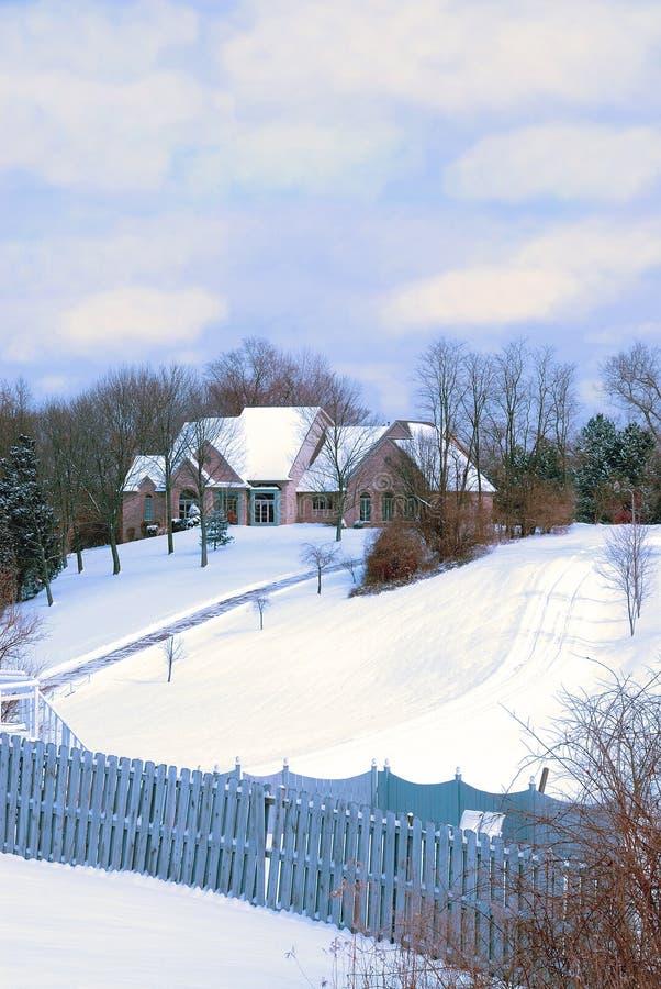 Jour d'hiver froid à la maison de campagne photo stock