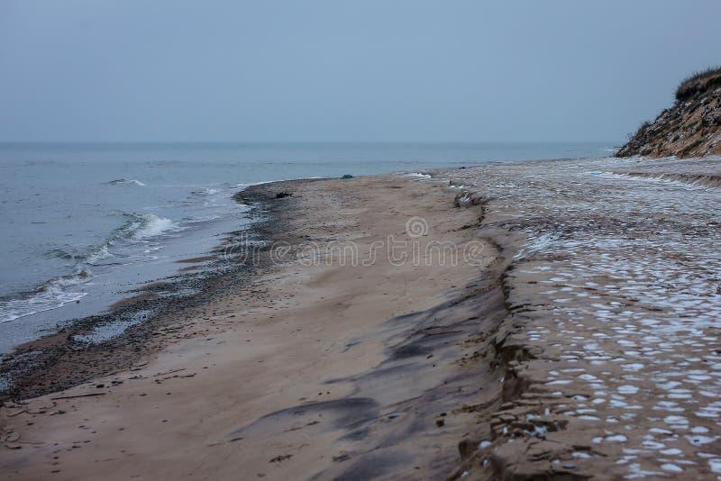Jour d'hiver hivernal sur le rivage de la mer baltique photos libres de droits
