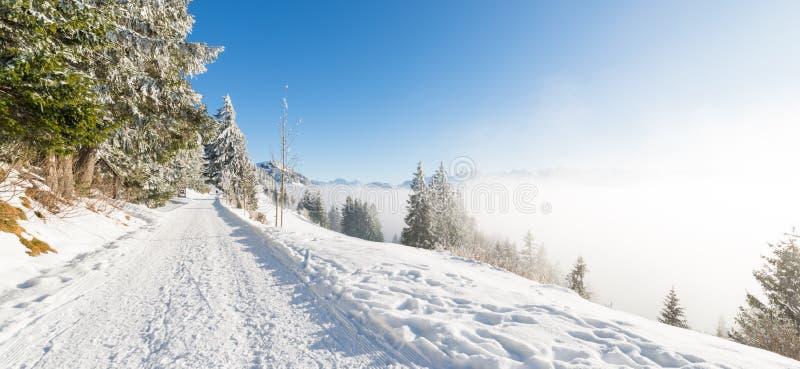 Jour d'hiver joyeux avant les vacances de Noël Route aux montagnes switzerland Rigi photos stock