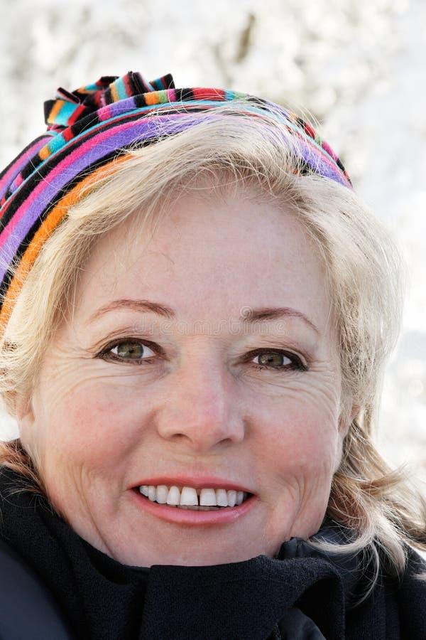 Jour d'hiver mûr de femme photographie stock libre de droits