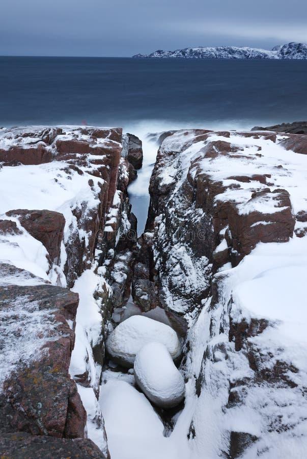 Jour d'hiver sur un rivage rocheux de la mer de Barents photo libre de droits