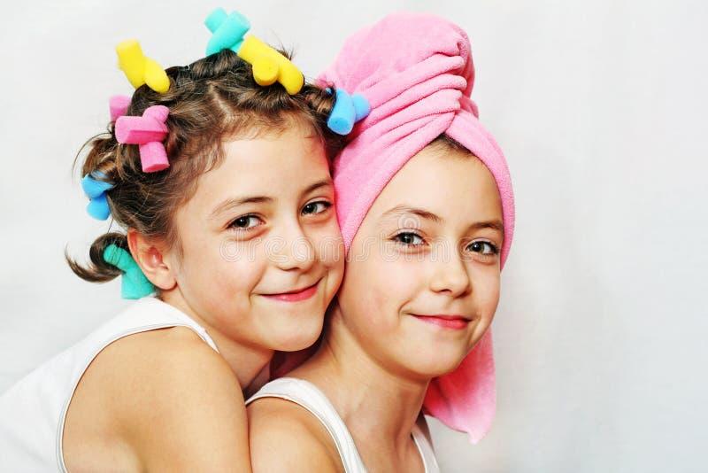 Jour de beauté des soeurs jumelles image libre de droits