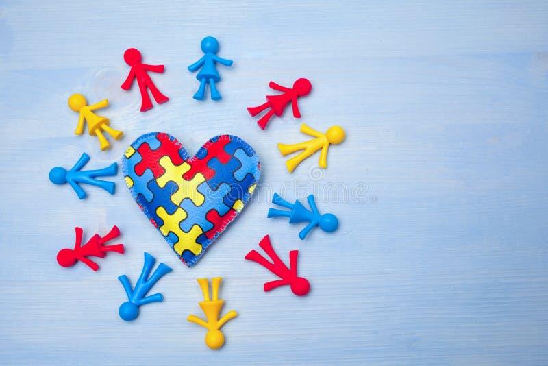 Jour de conscience d'autisme du monde, concept mental de soins de santé avec le puzzle ou modèle denteux sur le coeur avec des ch photographie stock libre de droits