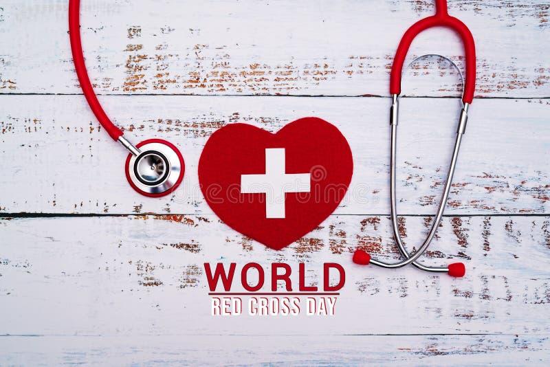 Jour de Croix-Rouge du monde Coeur rouge avec le st?thoscope sur le fond en bois de table image stock