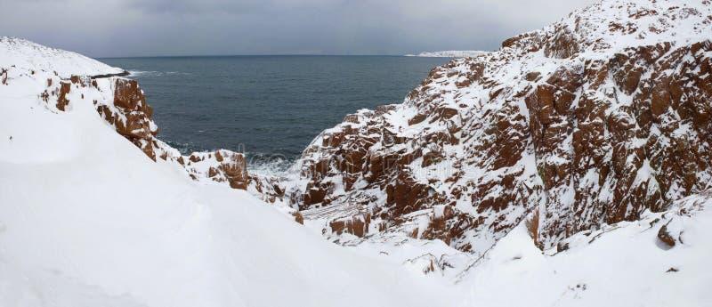 Jour de février sur le rivage rocheux de la mer de Barents Teriberka Région de Mourmansk, Russie photos stock