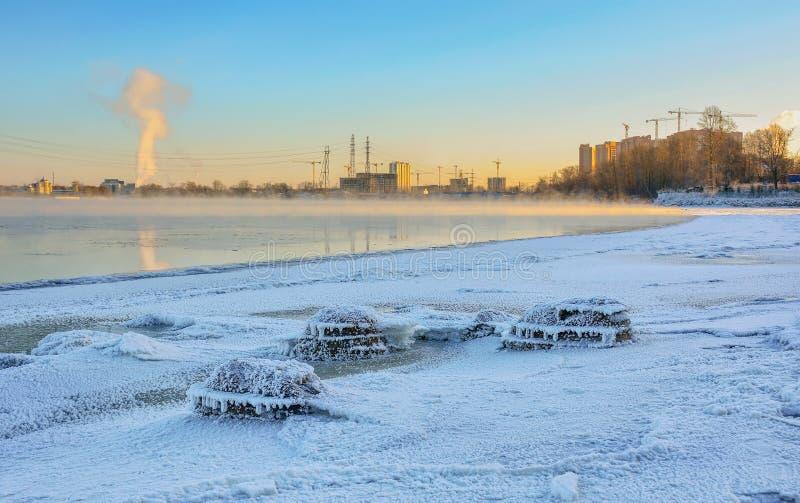 Jour de Frosty Sunny January sur les banques de la rivière de Neva images libres de droits