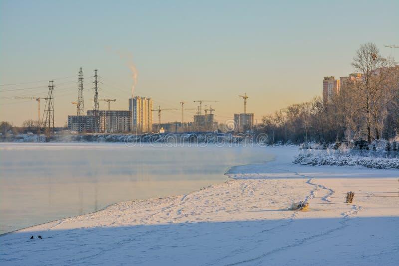 Jour de Frosty Sunny January sur les banques de la rivière de Neva image stock