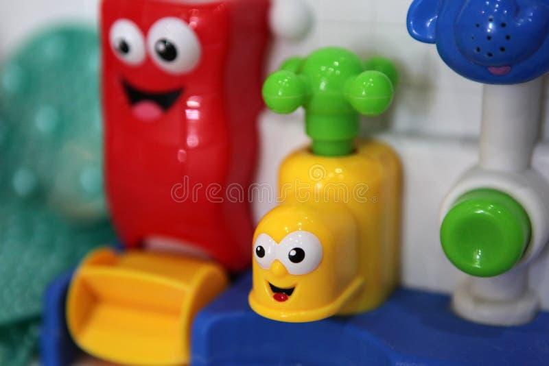 Jour de jouet de bain d'eau de bébé images libres de droits