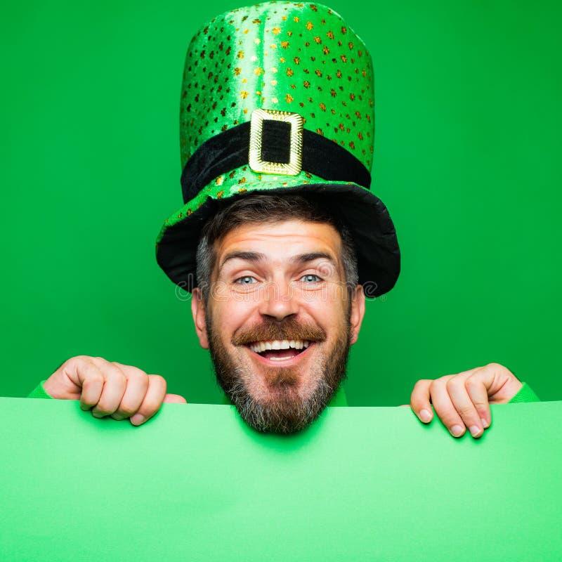 Jour de Lucky Patricks L'homme sur le fond vert célèbrent le jour de St Patricks Homme dans le chapeau de partie de lutin du jour image libre de droits
