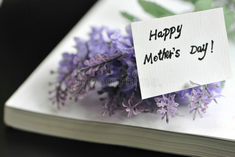 Jour de mères heureux avec le livre image libre de droits