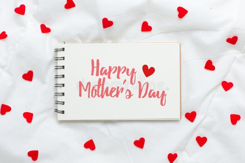 Jour de mères heureux sur la feuille de papier vide avec les coeurs rouges images stock