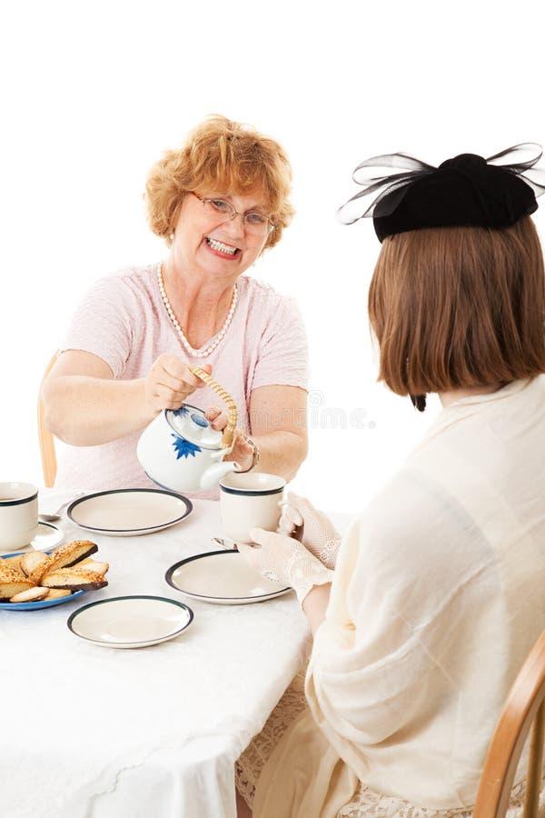 Jour de mères - la maman verse le thé photographie stock