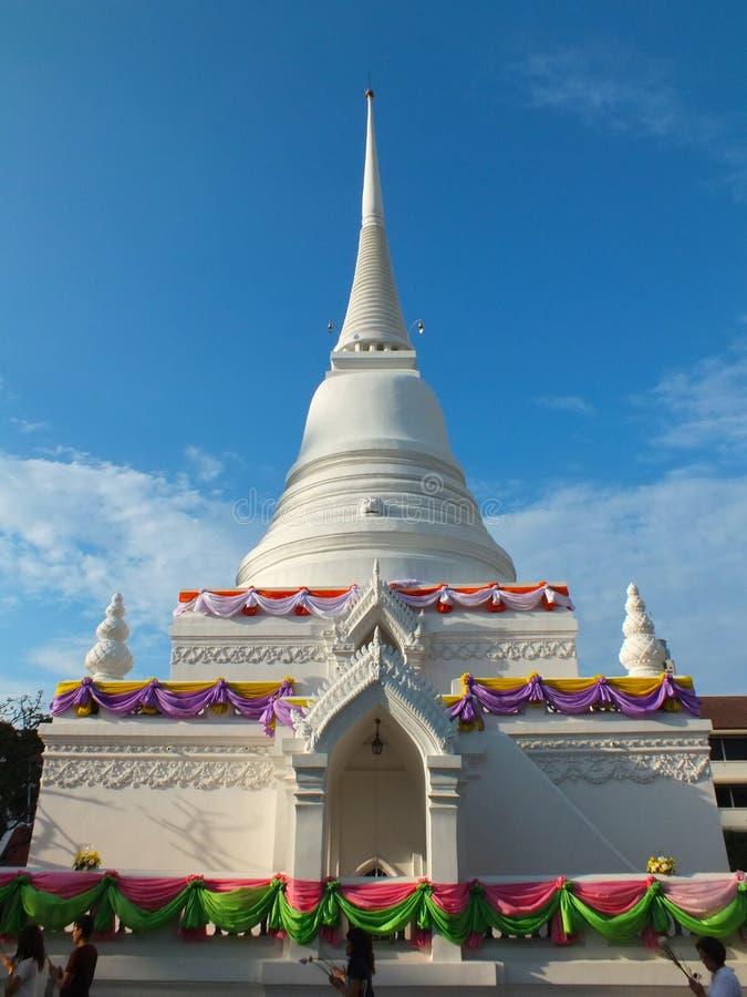 Jour de Makha Bucha, les gens à l'avant de la pagoda blanche photographie stock libre de droits