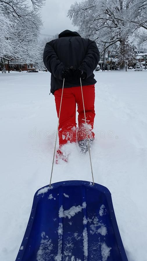 Jour de neige : Se diriger pour aller Sledding image stock