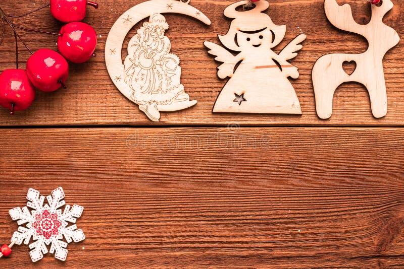 Jour de Noël et Nouvel An Jouets artisanaux en bois de Noël artisanaux pour le sapin : cerf, ange, père Noël et flocon de neige V photos stock