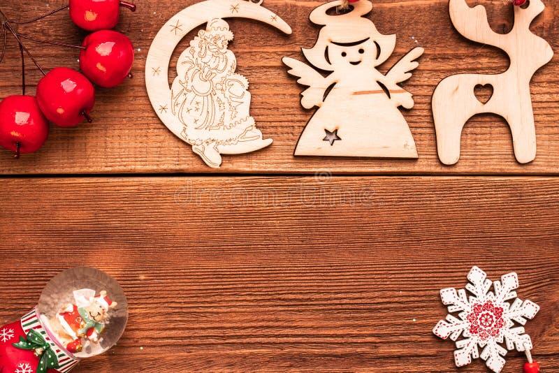Jour de Noël et Nouvel An Jouets-cadeaux en bois décoratifs faits à la main pour l'arbre de Noël : cerfs, anges, Père Noël et glo photo stock